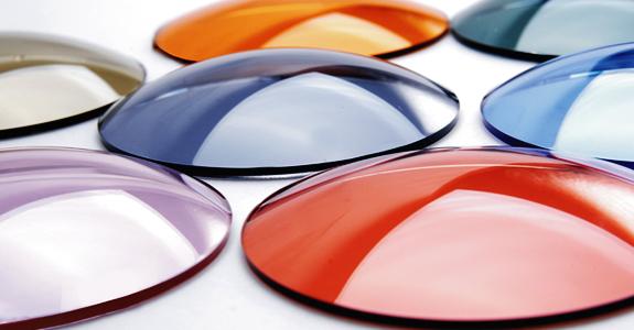 37bc87675 A primeira diferença entre as lentes é que todas as lentes polarizadas tem  100% de proteção contra os raios UVA e UVB. Isso quer dizer que quem compra  uma ...